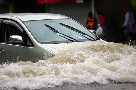 Cách đi xe an toàn qua chỗ ngập nước