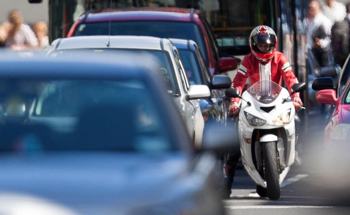 """Kinh nghiệm tránh """"đối đầu"""" với ôtô khi tham gia giao thông"""