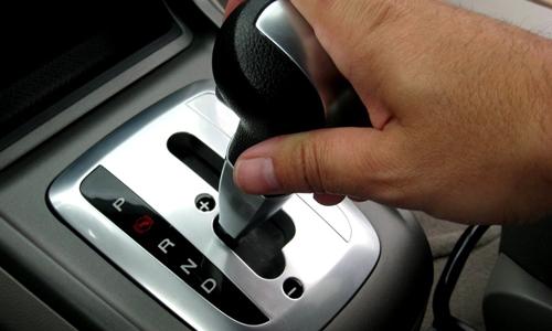 Có thể vào số lùi khi xe đang chạy?