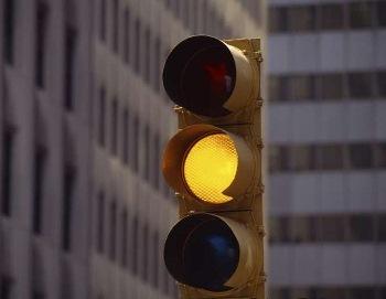 Tư vấn: Xe máy xin rẽ phải đường một chiều khi đèn vàng nhưng vẫn bị phạt?