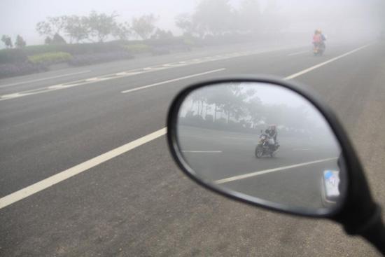 Tư vấn: Xe máy chỉ lắp một bên gương chiếu hậu có bị xem là phạm luật không?