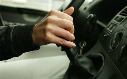 Ôtô sẽ thế nào nếu 'lỡ tay' về R hoặc P khi đang chạy?