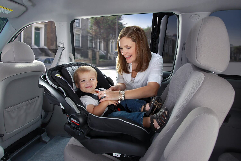 Chở con nhỏ trên xe ô tô, cần lưu ý điều gì?