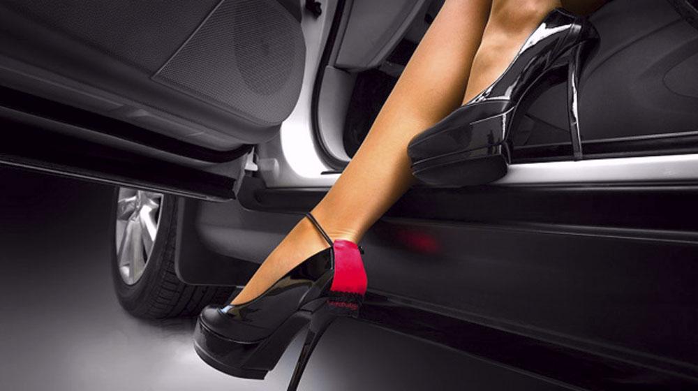 Tác hại của việc đi giày cao gót khi lái xe