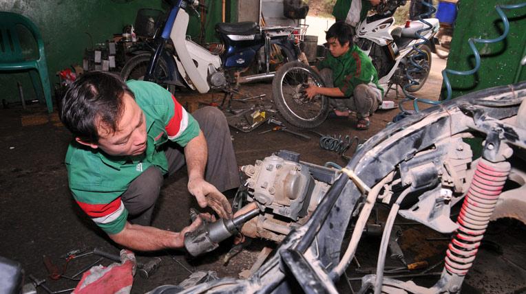 """Những """"chiêu"""" móc túi của thợ sửa xe máy trong dịp tết"""