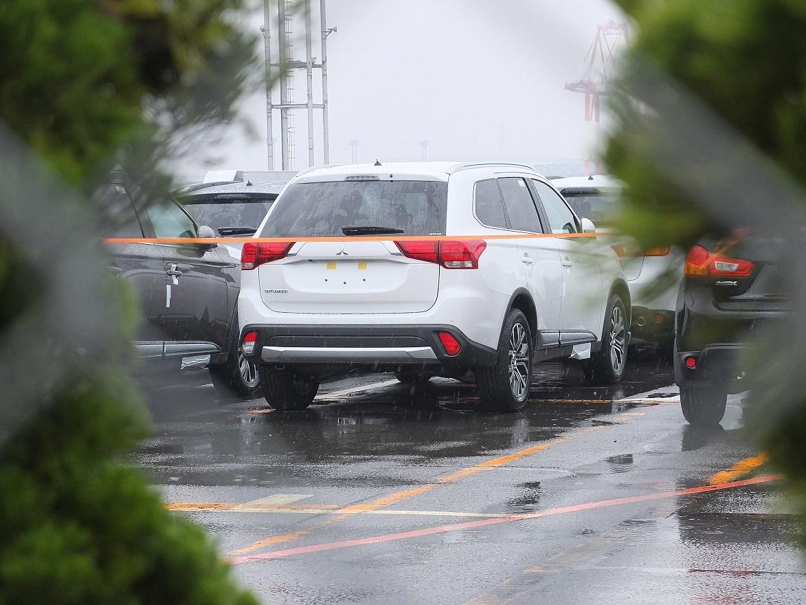 2016mitsubishioutlanderrearsnappedinayard 1426861936 Mitsubishi Outlander 2016 lộ diện trước triển lãm