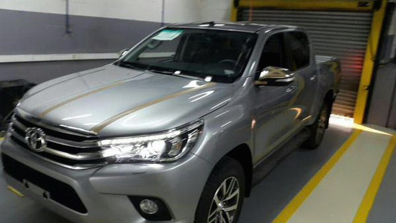 2016toyotahilux1 1430457091 Bất ngờ Toyota Hilux lộ diện rõ ràng cùng nội thất