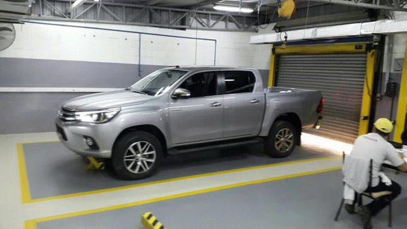 2016toyotahilux3 1430457318 Bất ngờ Toyota Hilux lộ diện rõ ràng cùng nội thất
