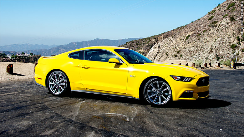 xe-the-thao-cua-duc-thua-Ford-Mustang-ngay-tren-san-nha
