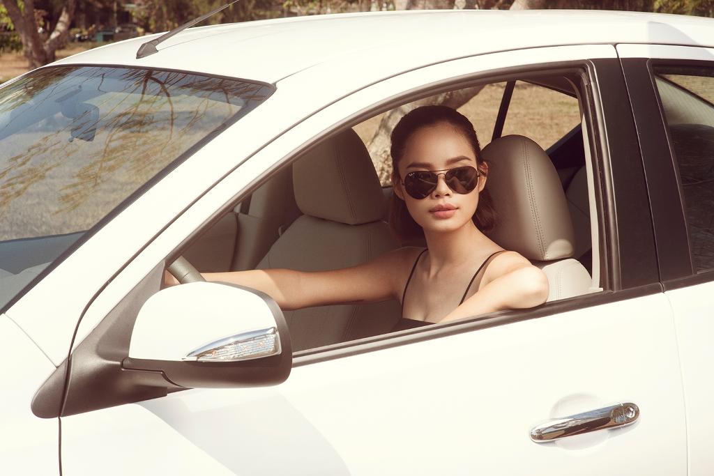 thu-hien-next-top-model-noi-bat-xuong-pho-cung-nissan-sunny