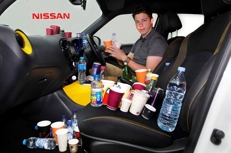 Tiêu-chuẩn-nghiêm-ngặt-về-những-chiếc-khay-đựng-cốc-trên-xe-Nissan