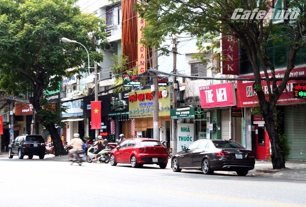 long-duong-quan-1-o-to-di-dong-theo-luc-luong-chuc-nang Ô tô chiếm trái phép lòng đường Sương Nguyệt Ánh