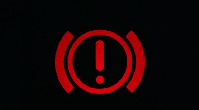 Đèn phanh sáng, xe đang gặp hiện tượng gì?