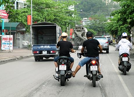 keo-day-xe-khac-khi-dang-dieu-khien-phuong-tien-giao-thong-bi-xu-ly-the-nao