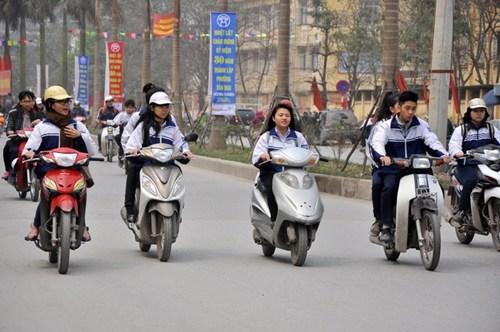 hoc-sinh-15-tuoi-dieu-khien-xe-50cc-di-hoc-bi-xu-phat-the-nao