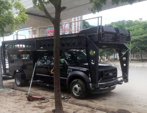 ha-noi-khung-long-ford-f550-super-duty-nang-hon-8-tan-xuong-pho-de-va-vo