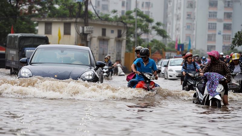 Những điều cần lưu ý khi lái xe qua đường ngập lụt