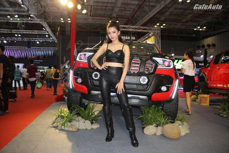 dan-my-nhan-long-lay-tai-trien-lam-o-to-quoc-te-viet-nam-2017