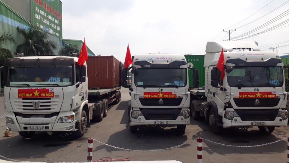 tu-range-rover-toi-container-deu-trang-tri-xe-de-co-vu-u23-viet-nam