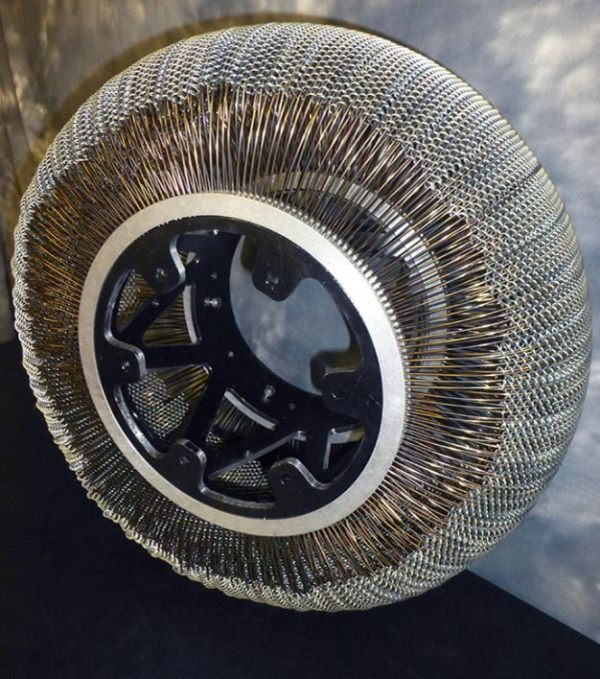"""Khám phá lốp xe """"không dùng hơi"""" mới của NASA"""