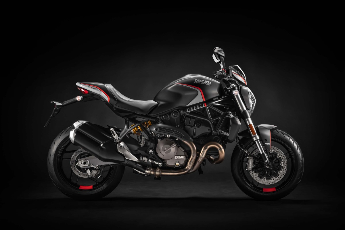 ducati-monster-821-stealth-lot-xac-voi-mau-den-me-hoac
