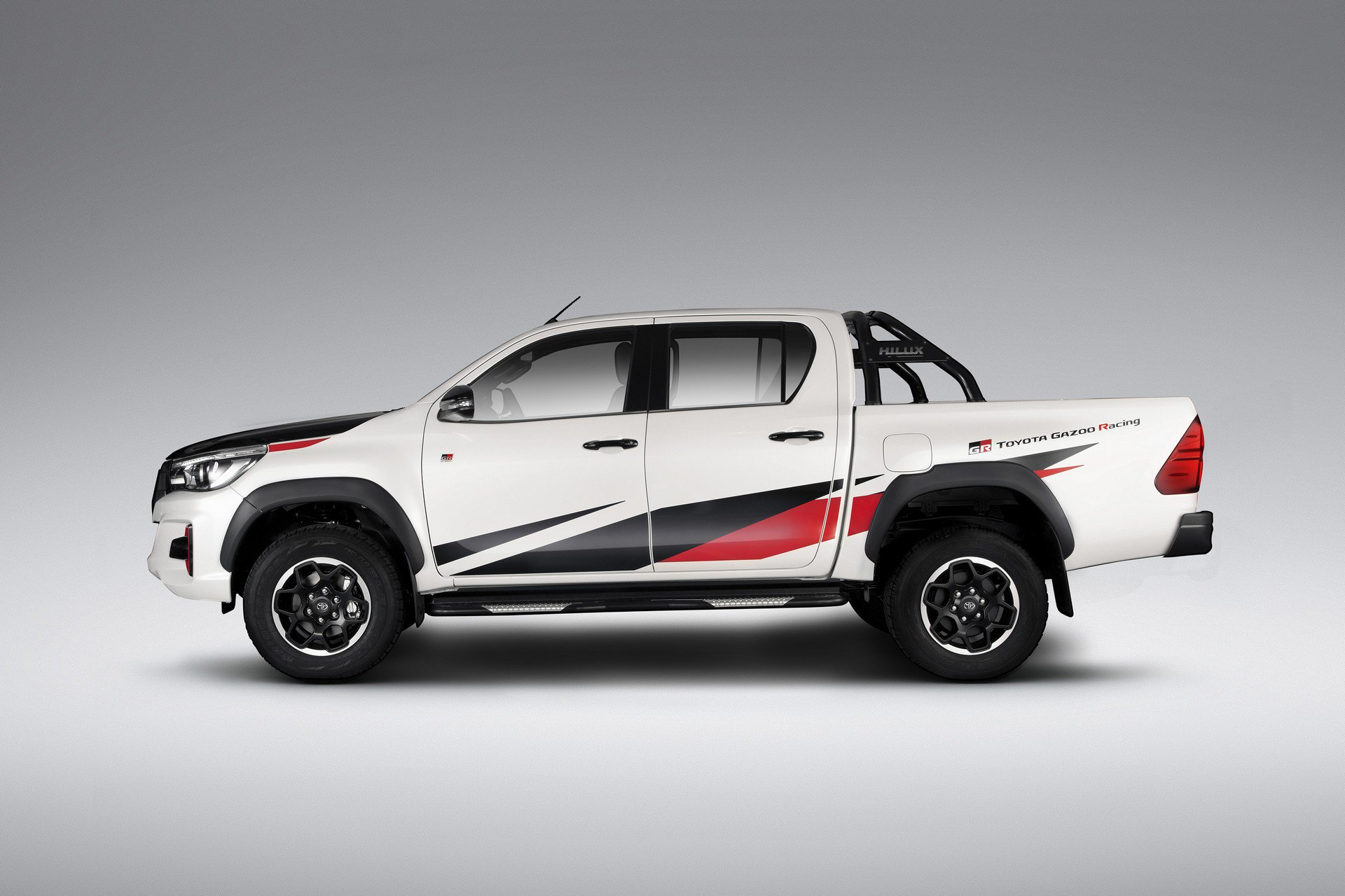 ngam-toyota-hilux-gr-sport-dam-chat-the-thao-chi-san-xuat-420-chiec