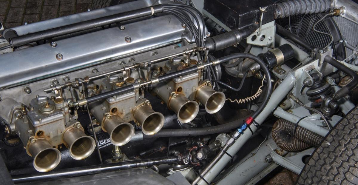 ngam-xe-dua-co-dien-lister-jaguar-1959-vang-bong-mot-thoi