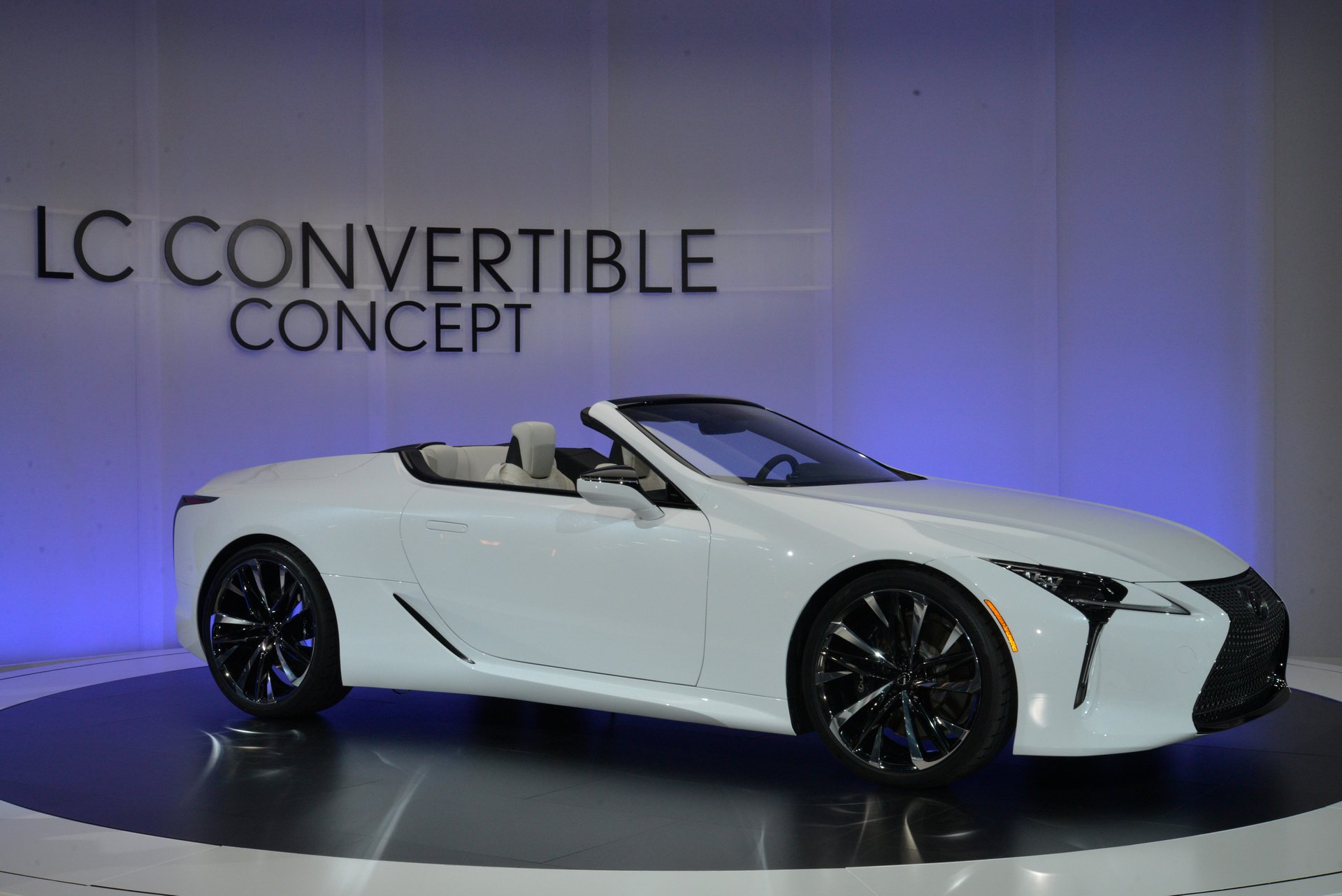 lexus-lc-convertible-–-doi-thu-cua-bmw-8-series-convertible-trinh-lang
