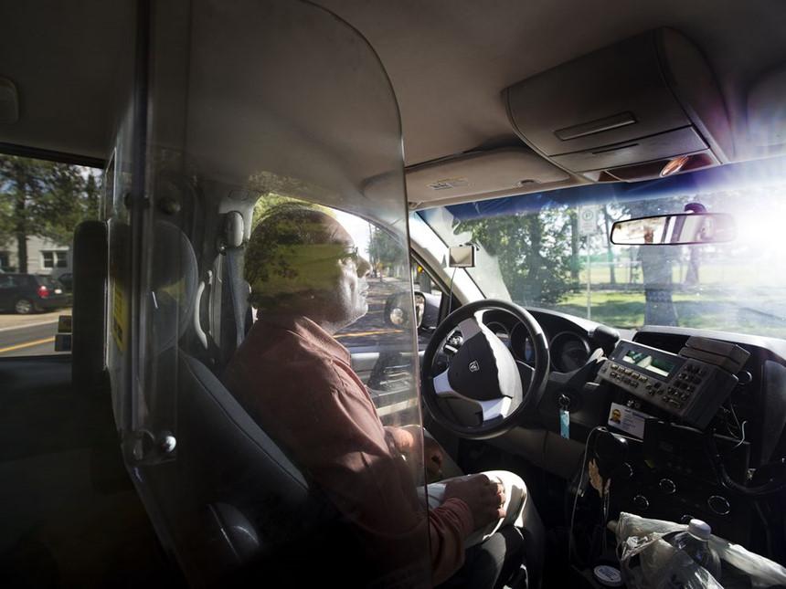 lap-dat-khoang-chan-bao-ve-tai-xe-taxi-co-lam-trai-phap-luat