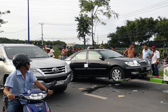 Luật sư: Bao vây quanh xe người khác là hành vi trái pháp luật