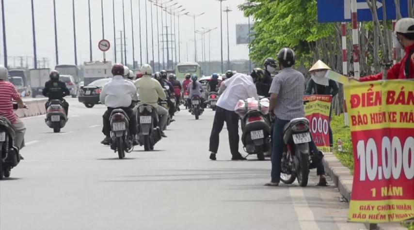 bao-hiem-xe-may-ban-ven-duong-mua-xong-van-phat-nhu-thuong
