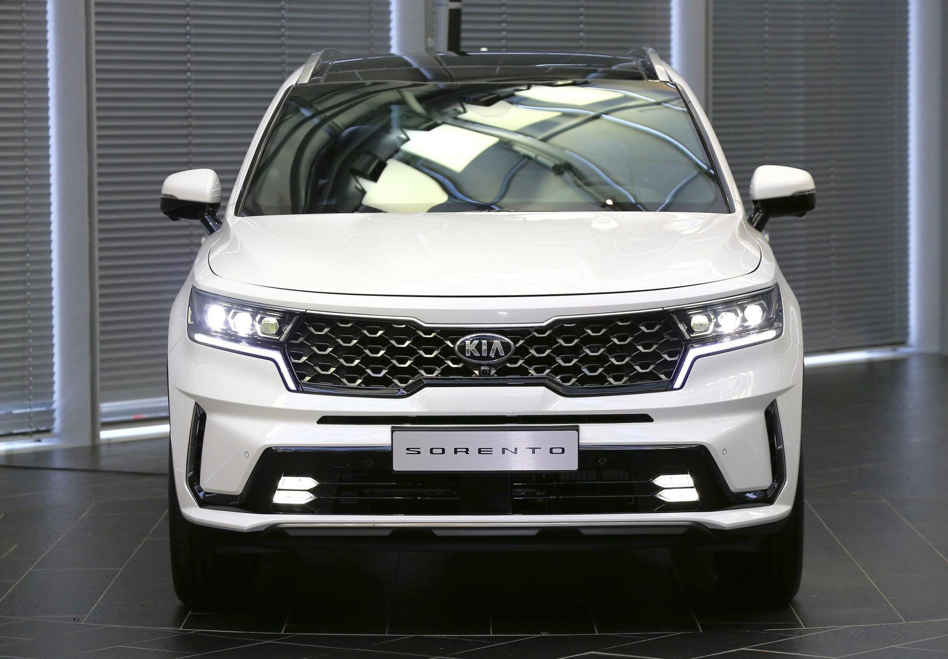 Điểm danh loạt ô tô mới sắp về nước, đa dạng mức giá từ trăm triệu đến bạc tỷ