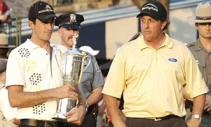 Hình ảnh Mickelson (phải) đầy tiếc nuối khi về nhì ở US Open 2006