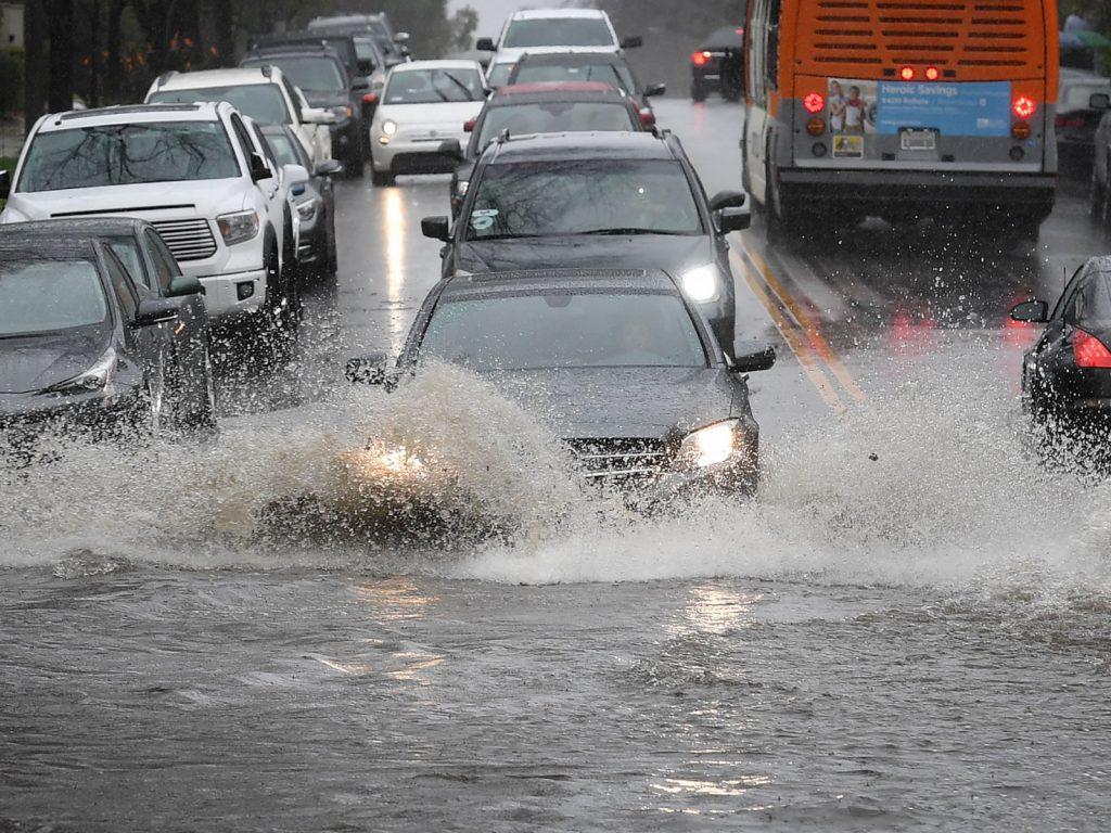 Hạn chế lái xe ngày mưa