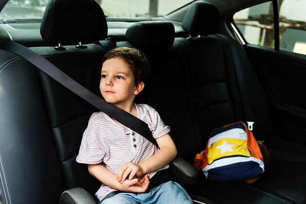 đeo dây an toàn cho trẻ